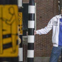 Jeroen Govaard is blij met zijn witte stok. Foto: AD.nl © Marco Okhuizen