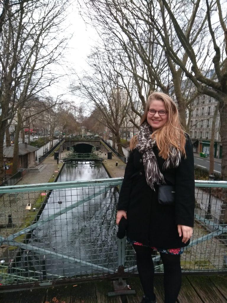 Frieda staat op een brug in Parijs