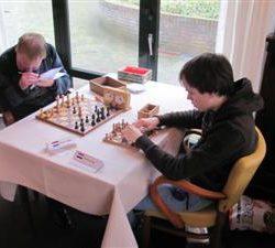Lucas (rechts) tijdens een schaakpartij