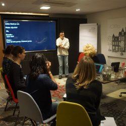 """Pieter Vergeer presenteert tijdens de workshop """"Present Yourself"""" voor de andere deelnemers"""