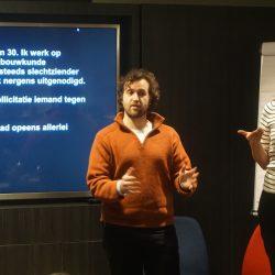 """Foto: Victor vertelt tijdens de workshop """"Present Yourself"""""""
