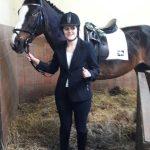 Laurie met een paard vlak voor een dressuurwedstrijd