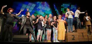 Winnaars en deelnemers van de Nationale LeesVertelwedstrijd op het grote podium van het Beatrix Theater
