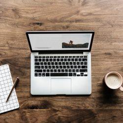 Foto: Laptop met notebook en kop koffie