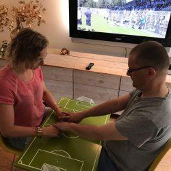 Johan en Aukje bij het Tactiele voetbalbord
