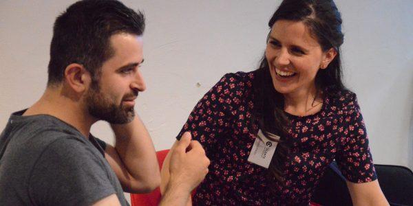 Twee deelnemers testen hulpmiddel tijdens hoormiddelen workshop