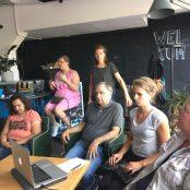 Bloggers zitten en kijken / luisteren naar presentatie