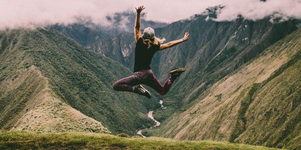 vrouw springt in de lucht
