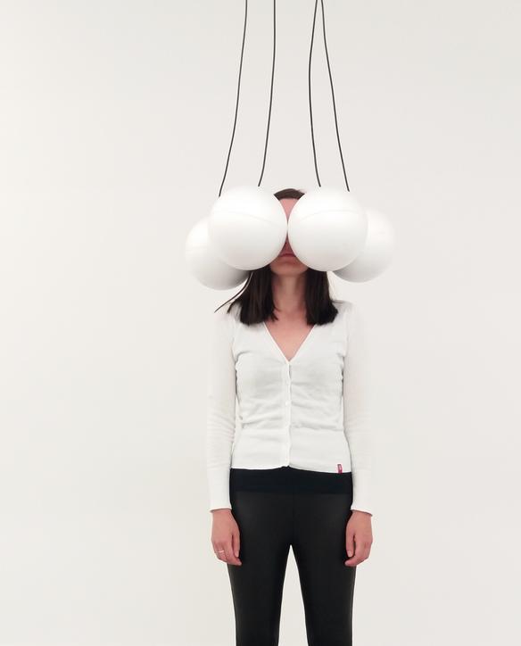 Installatie met van Alessandro Perini met vier bollen van piepschuim.