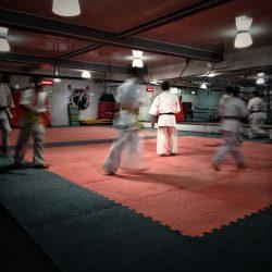 Judo vloer met mensen in judo pakken