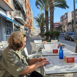 Ciham op terras in Spanje