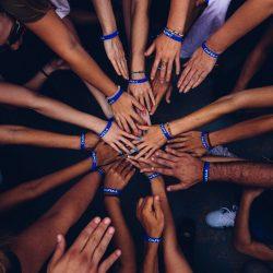 Heleboel handen wijzen naar elkaar toe